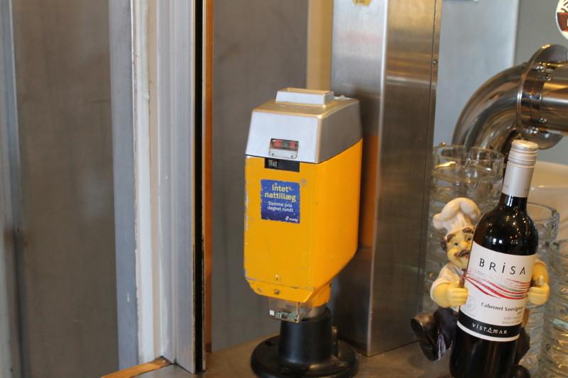 I baren stod denne fra bustrafikken velkendte type klippekortstempelautomat.