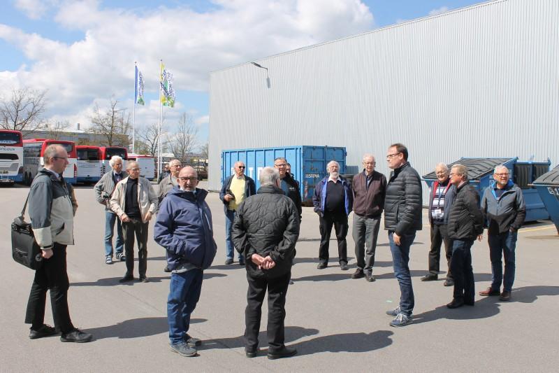Lars Larsen viste rundt og fortalte interessant om den tidligere trykkeriejendom man kar købt, og indrettet med kontorer, vaskehal, værksted og busparkering.