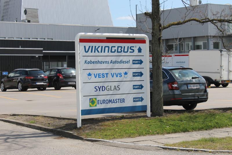 . Man udlejer også lokaler til andre erhvervsdrivende, primært indenfor busbranchen, som det ses på gadeskiltet.