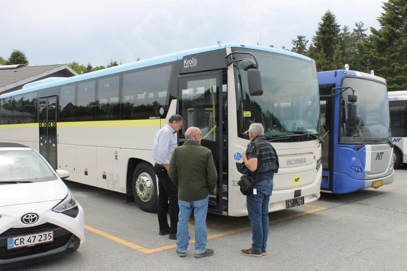 Man havde netop modtaget en ny ekspresbus på busanlægget, som nu skulle have rejsekort og infoskærme, den var naturligvis genstand for stor interesse.