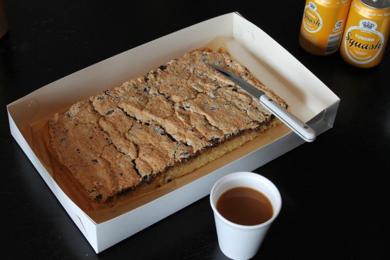 Eftermiddagen gik med kaffe og lækker hjemmebagt kage hjemme fra Fru Svendsens køkken.