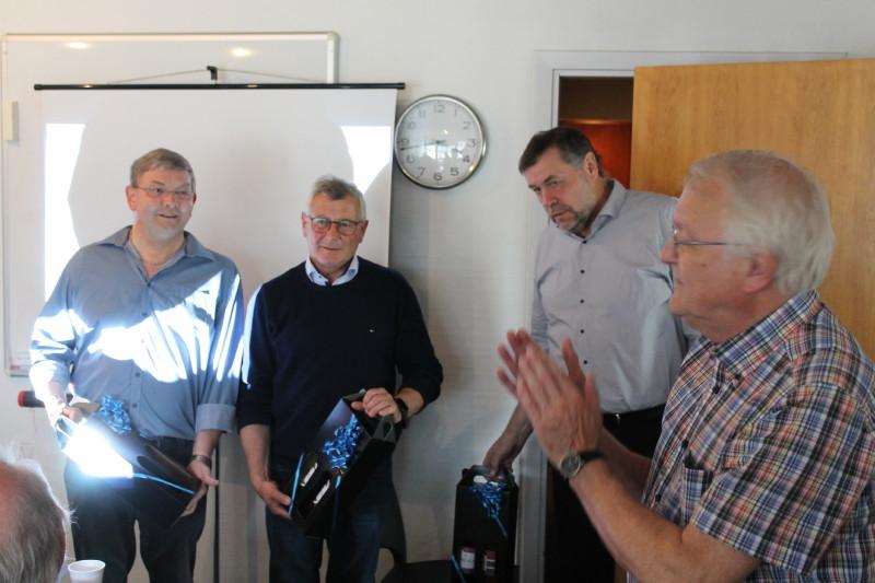 Tony Werling rundede den spændende dag af, med vin til de interessante fortællere, som tak for deres store forarbejde og for at ville bruge en dag på os.